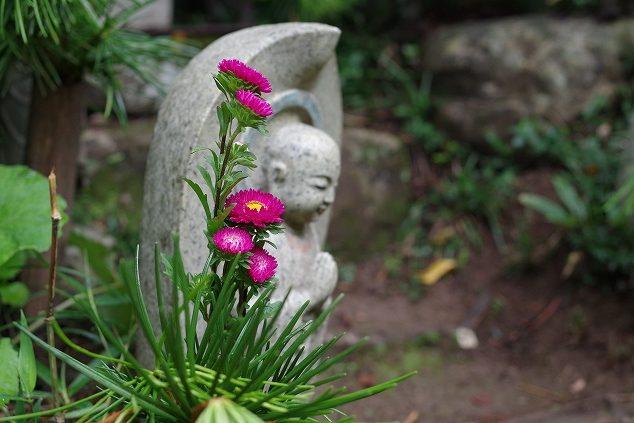 お地蔵と花